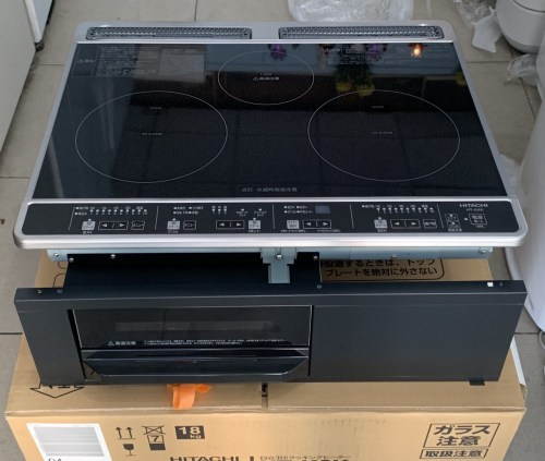 Thiết kế đen nguyên khối tạo sự liên mạch và sang trọng cho khu bếp
